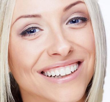 Graži šypsena su implantais